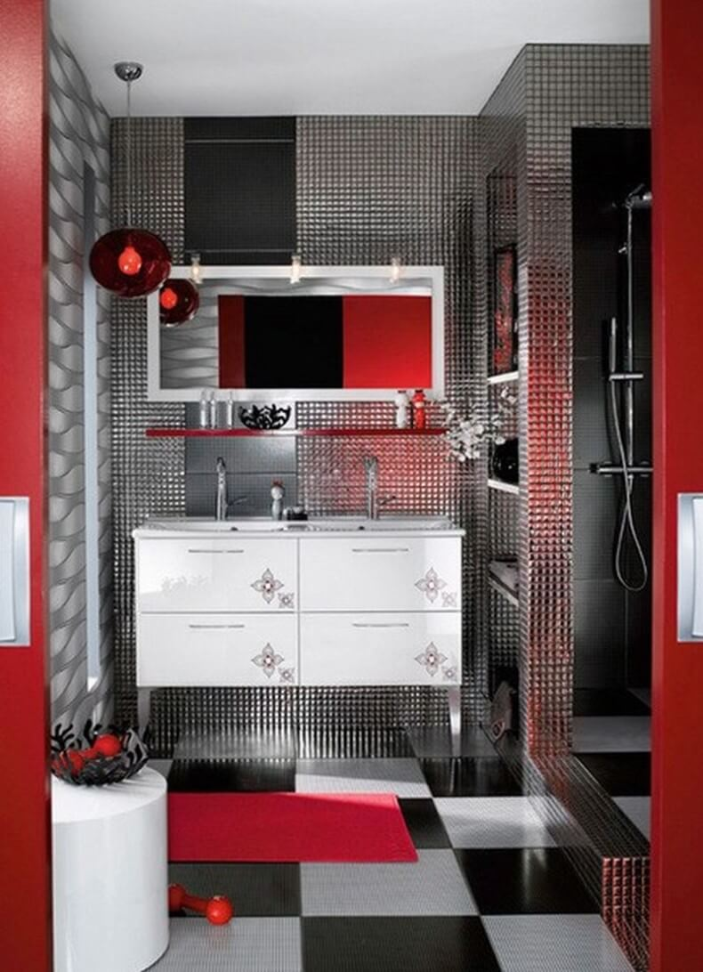 Stort rött badrum