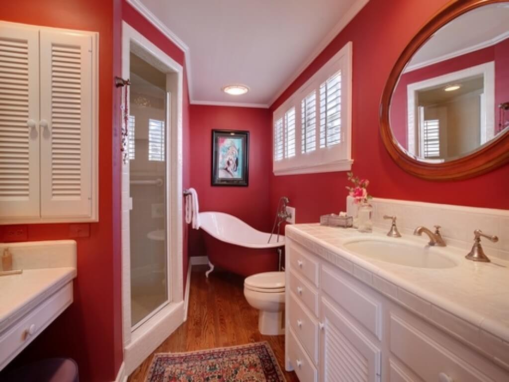 Exceptionellt rött badrum