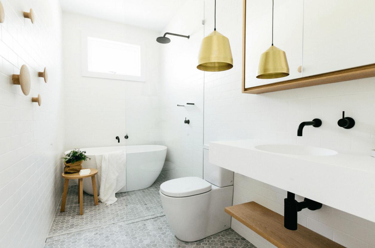 Trevligt vitt och guld badrum