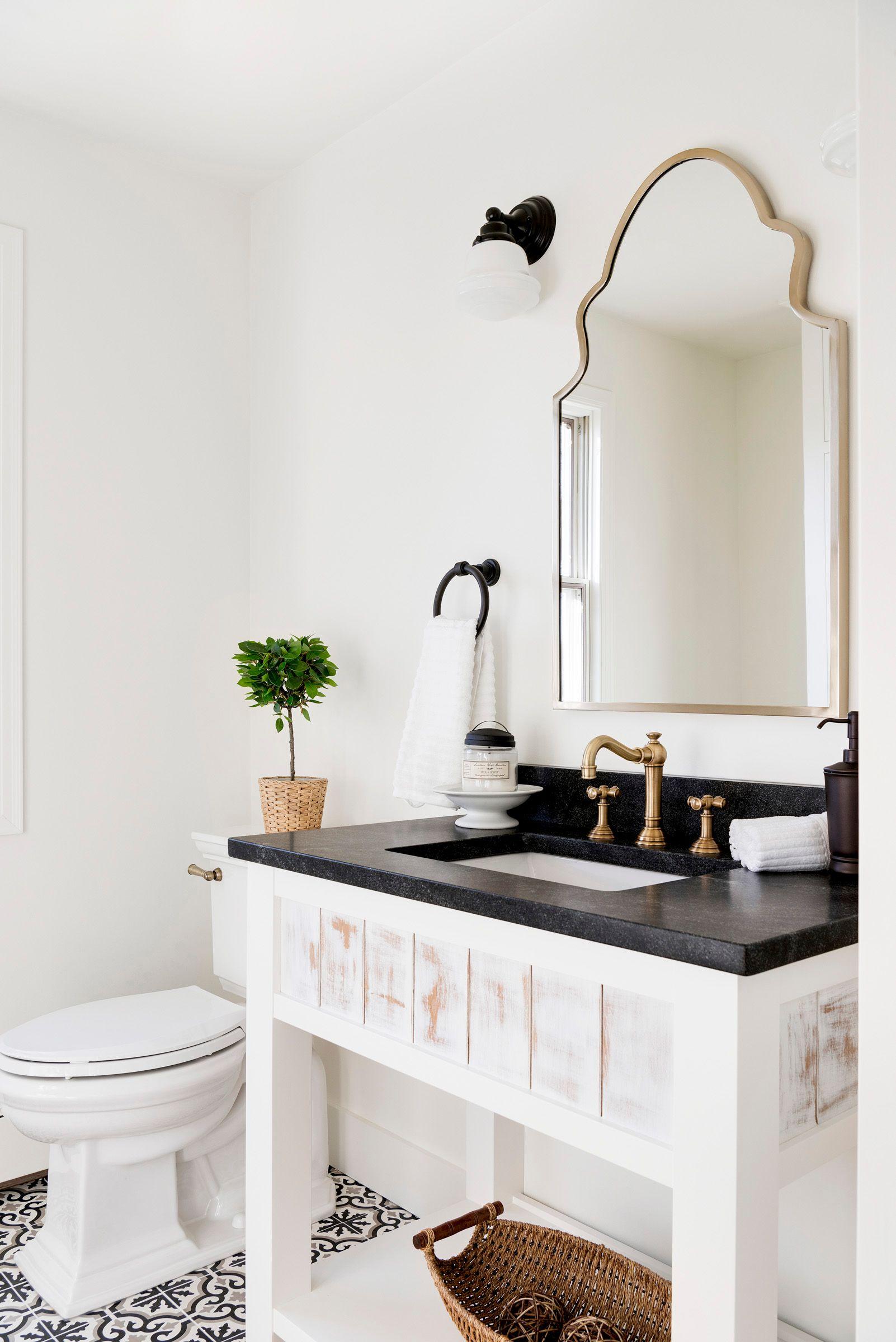 Lantliga vita och guld badrum