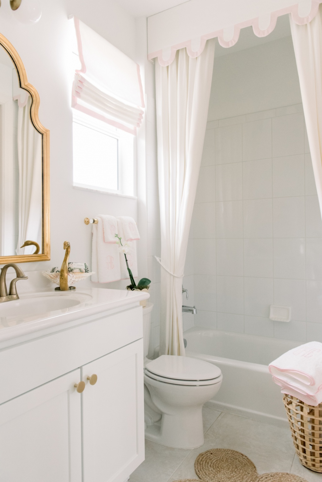 Romantiskt badrum i vitt och guld