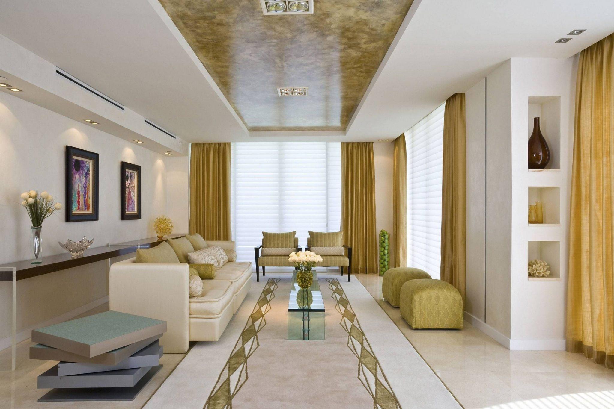 Långt vardagsrum med bord och matta.  Källa: sistemascarpecol.com
