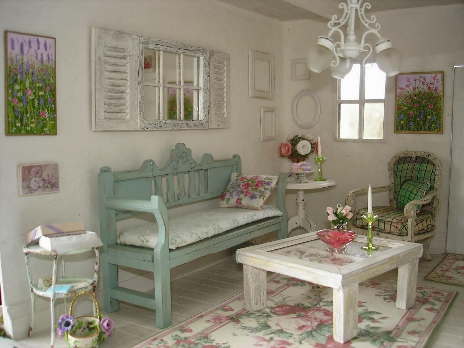 Verandainspirerat shabby chic vardagsrum.  Källa: backtobasicliving.com