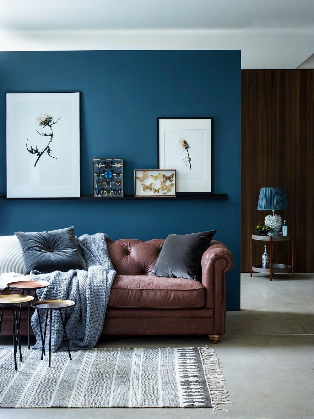 Avslappnande blågrönt och brunt vardagsrum