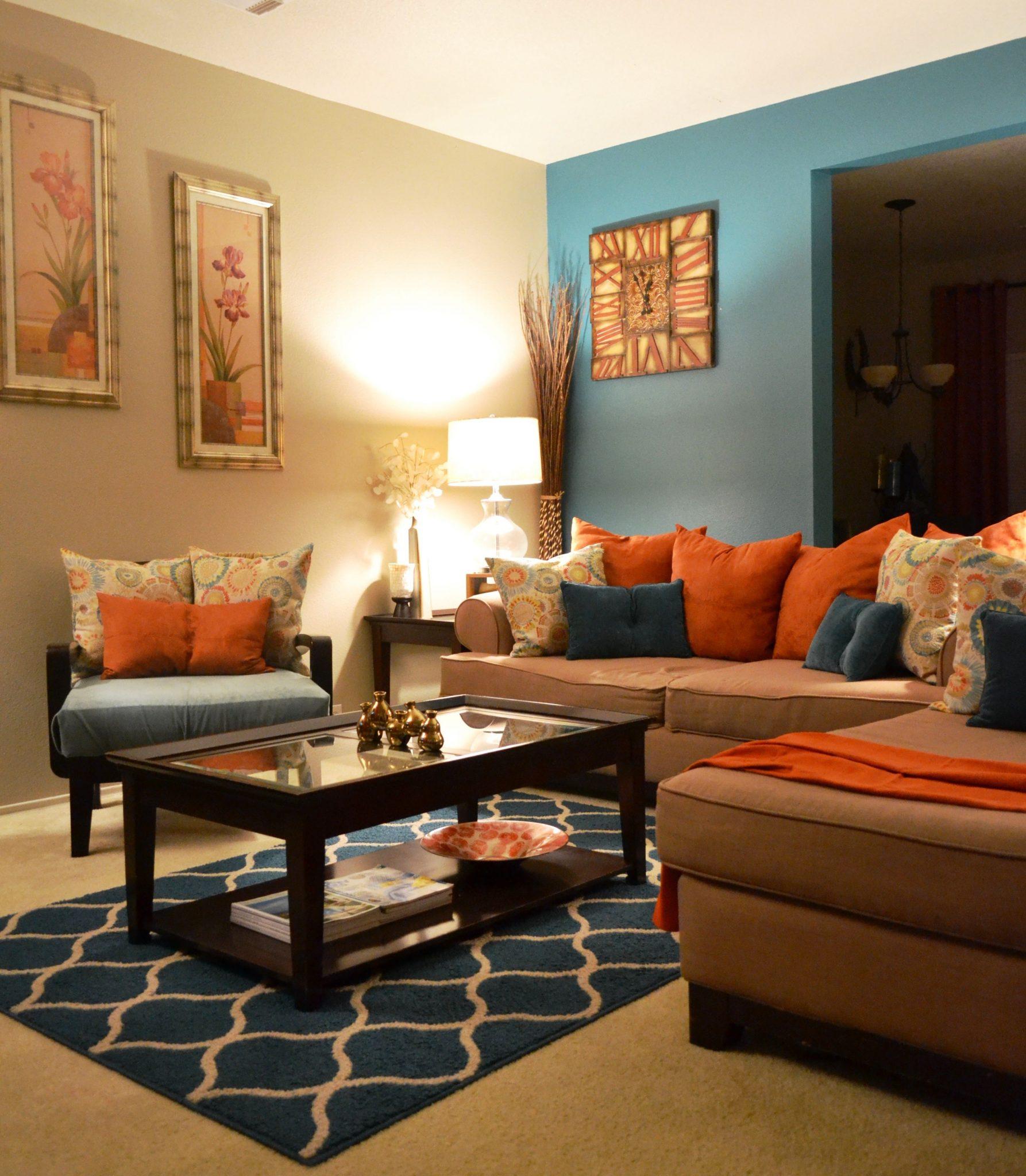 Levande blågrönt och brunt vardagsrum