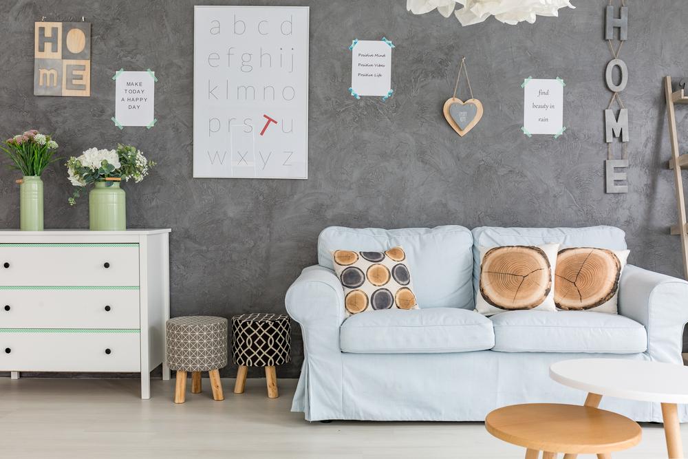 Vardagsrum med handgjorda konstverk