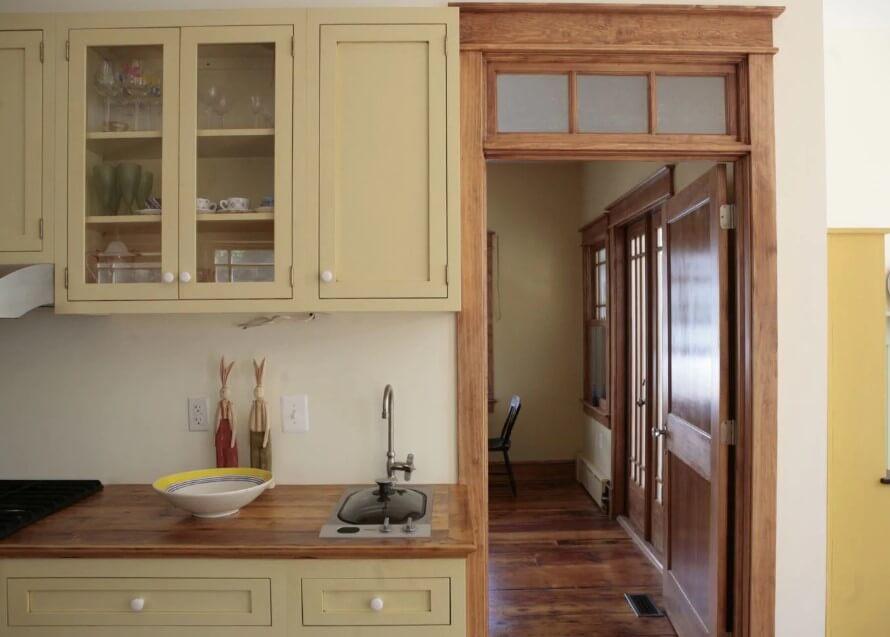 Oavslutat köksskåp med båghylla
