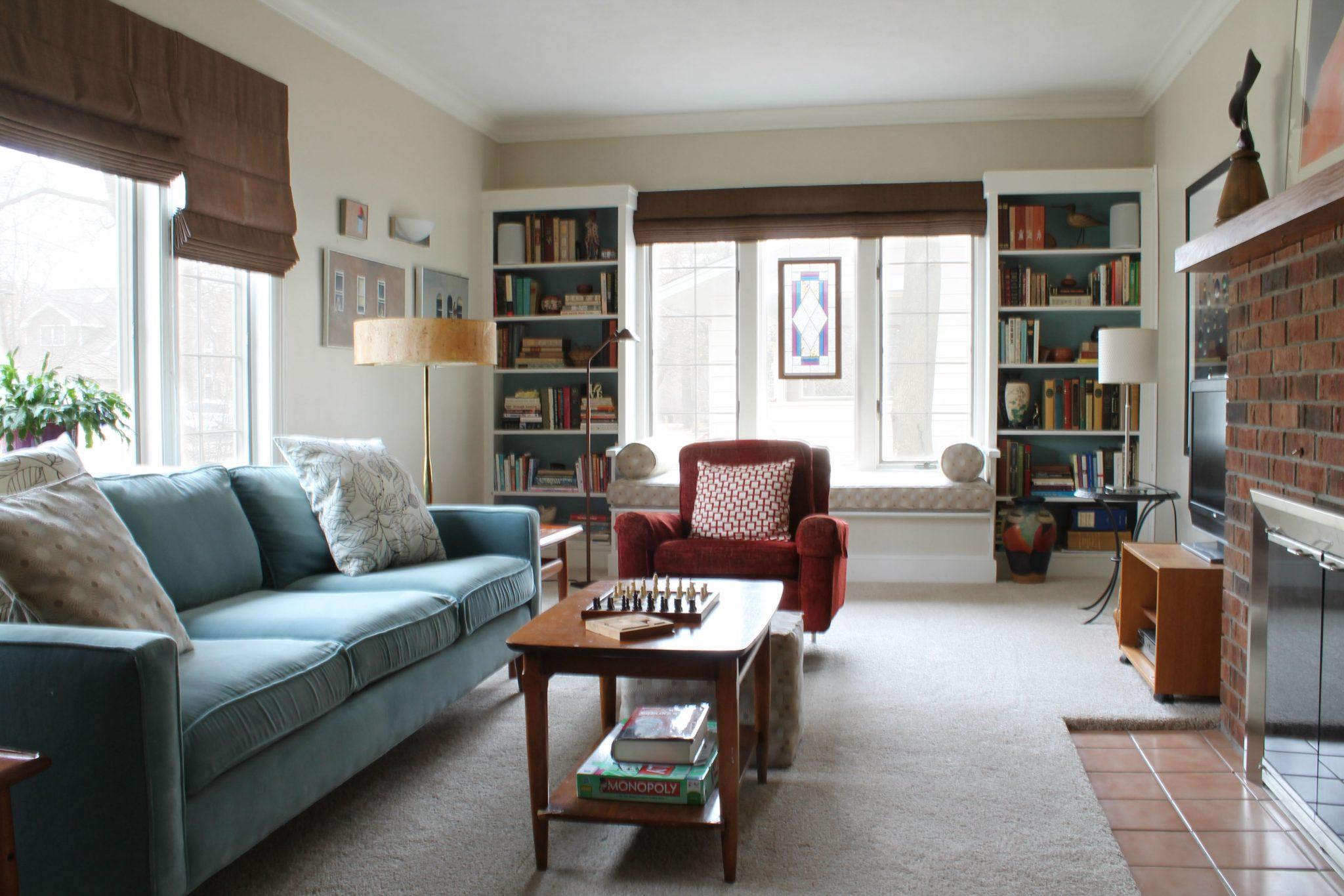 Omfattande vardagsrum i brunt och turkos