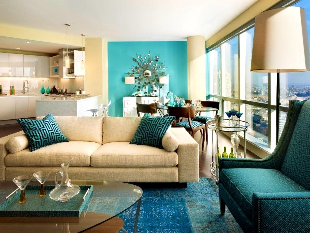 Trevligt vardagsrum i brunt och turkos