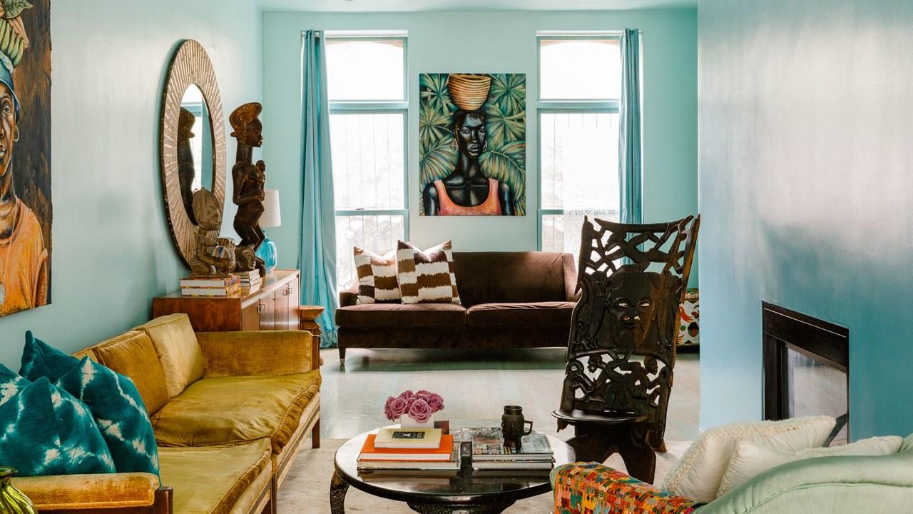 Estetiskt vardagsrum i brunt och turkos
