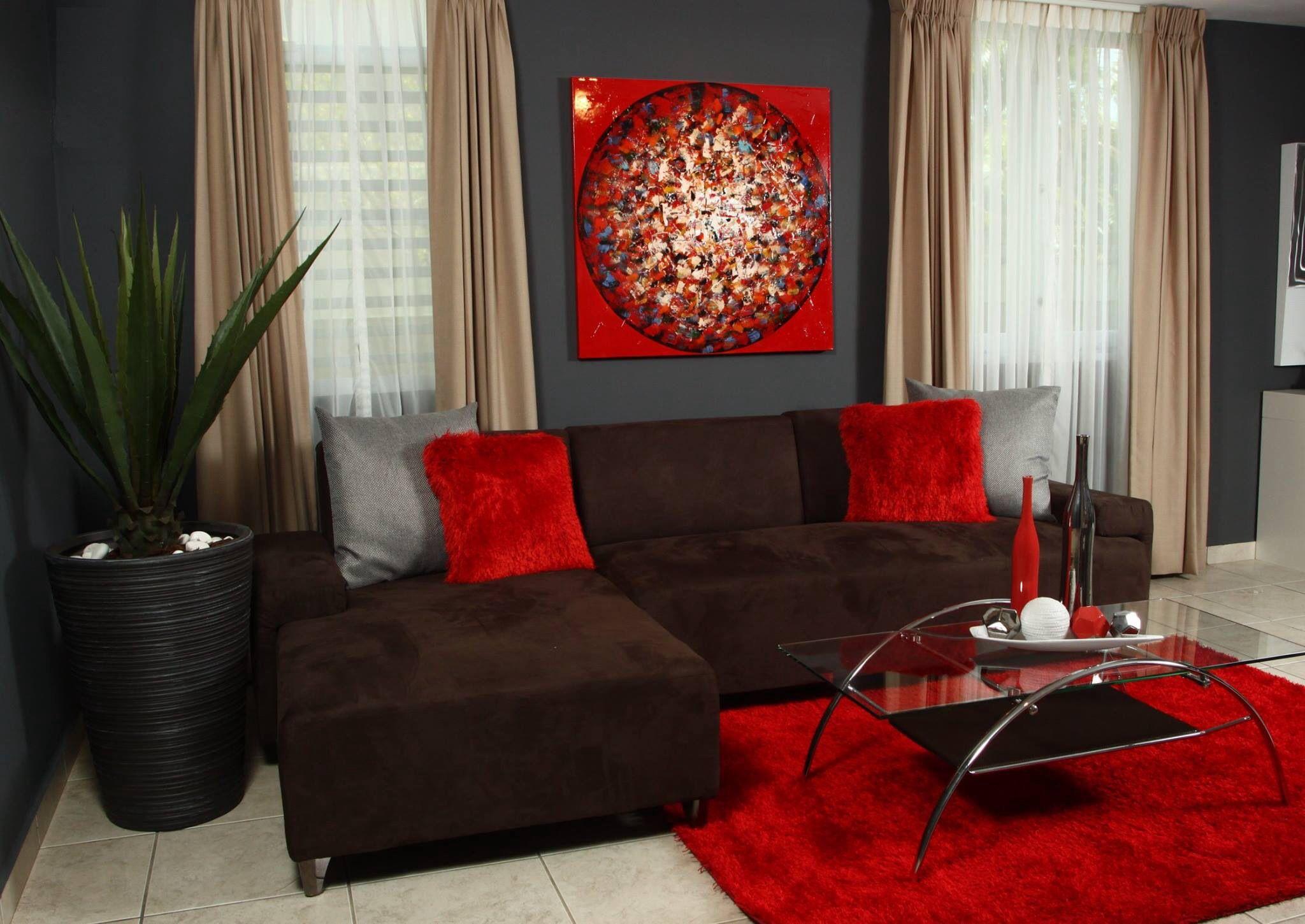 Avslappnat rött och brunt vardagsrum