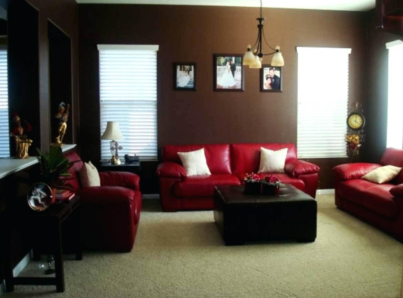 Mörkrött och brunt vardagsrum