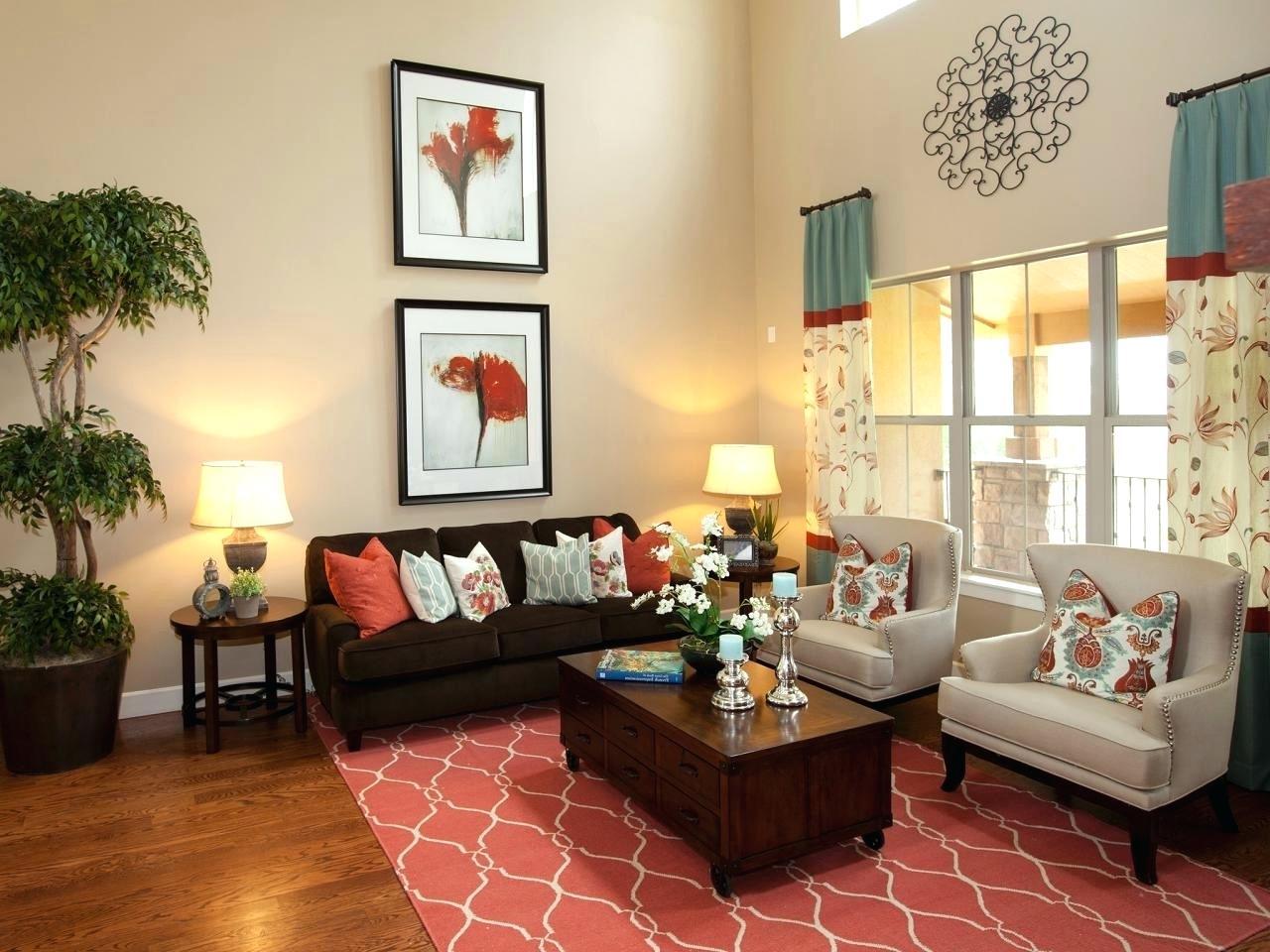 Trevligt rött och brunt vardagsrum