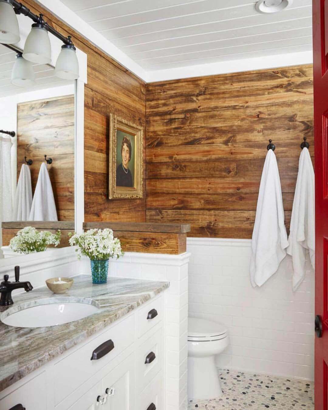 Rustikt shiplap-badrum