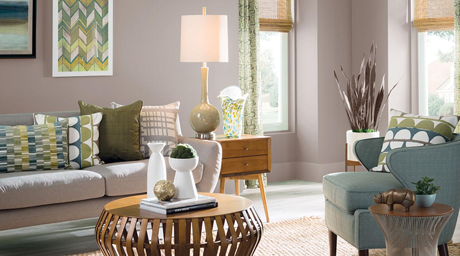 Trendigt grått och grönt vardagsrum