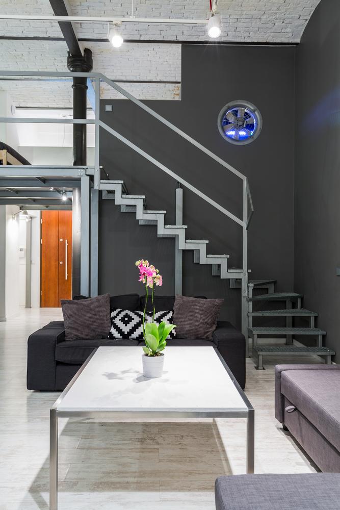 Industriellt vardagsrum med stege