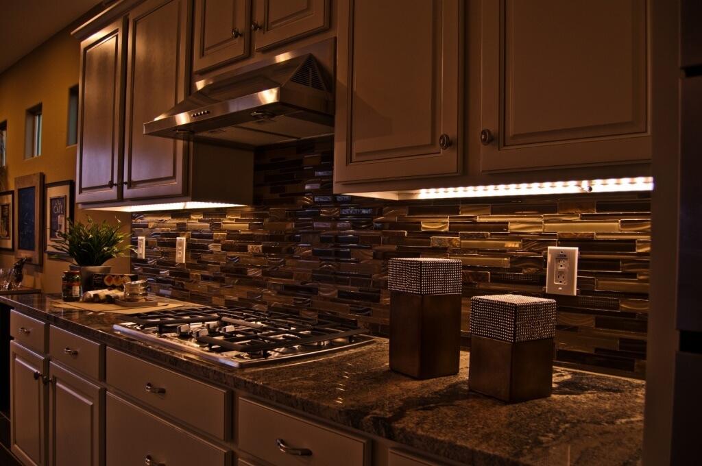 Trådbundet kök under skåpbelysning