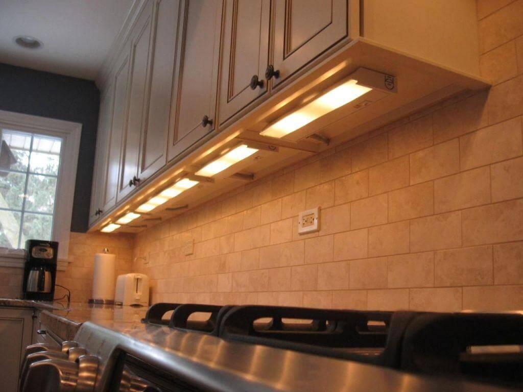 Långt kök under skåpbelysning