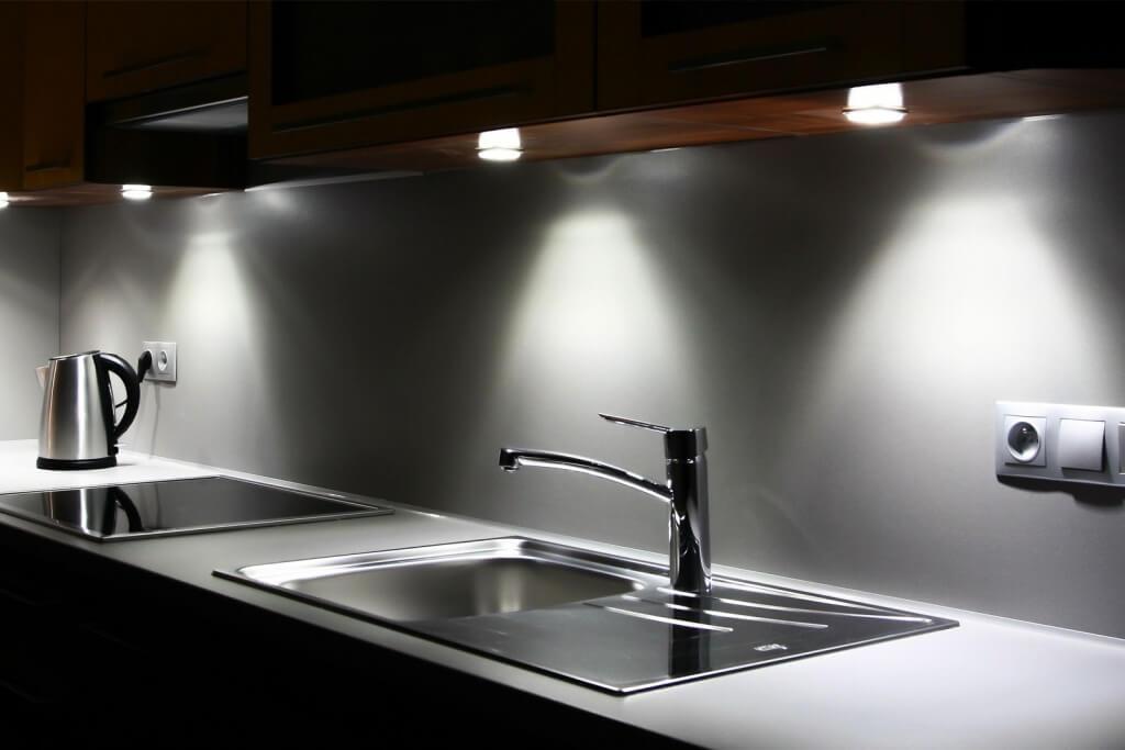Snyggt kök under skåpbelysning