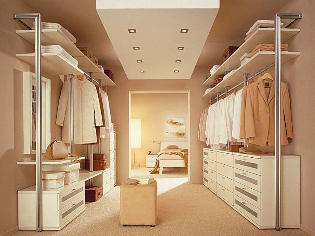 Avslappnad sovrum garderob