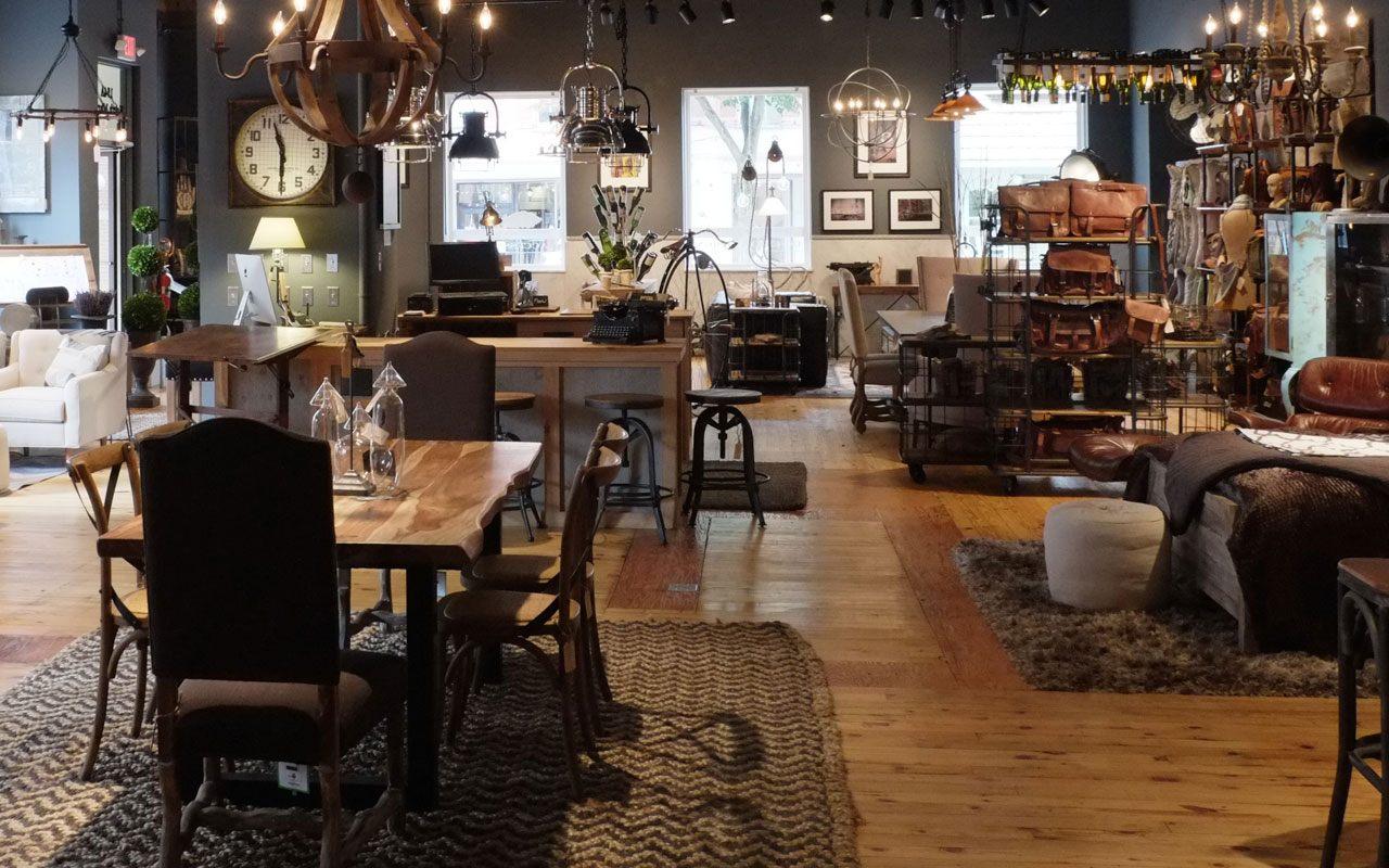 Industriellt vardagsrum med polerade möbler.  Källa: industrialhome.com