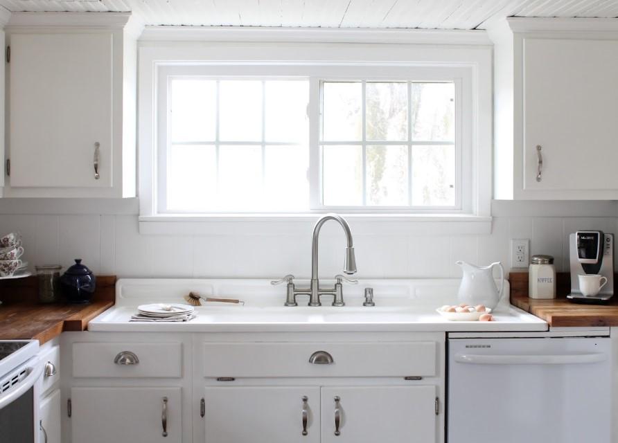 Mysigt köksskåp med dubbla fönster