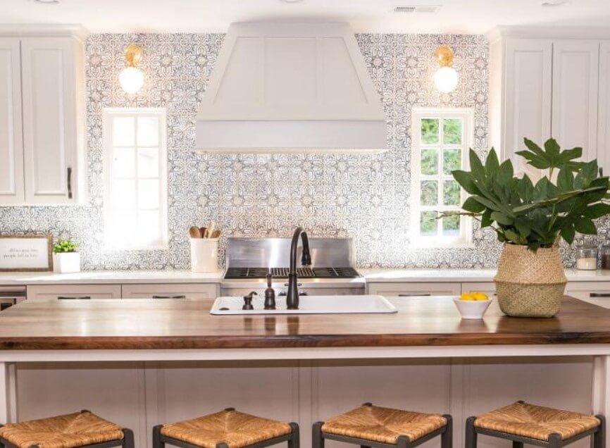 Rent utseende med minimalistisk garderob och mönstrad vägg