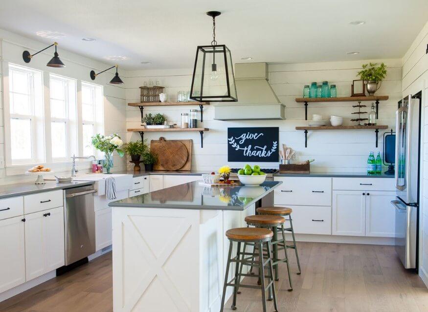 Rent vitt lantligt kök med öppna hyllor