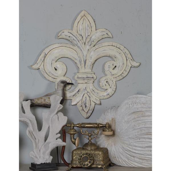 Litton Lane franskinspirerad vitkalkad Fleur-de-Lis trävägg.