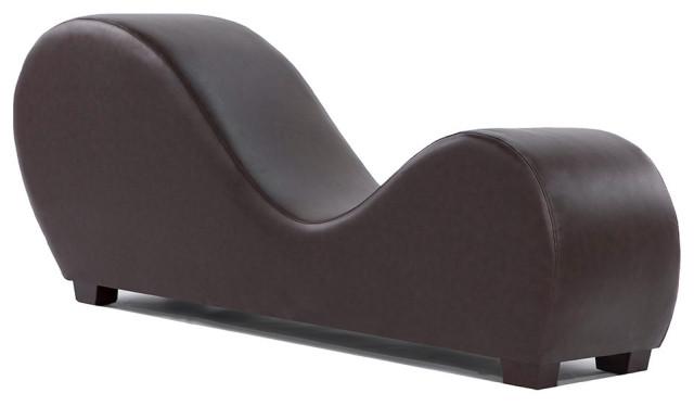 Modern buntad läderyogastol som sträcker sig avslappningschais.