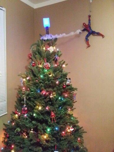 Superhjälte julgran.  Spidey var en fin touch.     Spindelmannen .