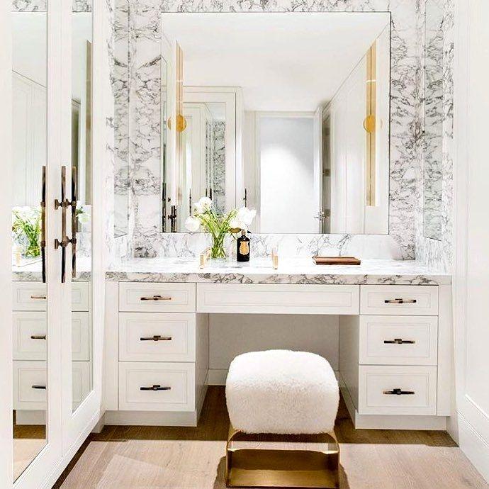 smink fåfänga i badrum i marmor och guld |  lyx fåfänga design.