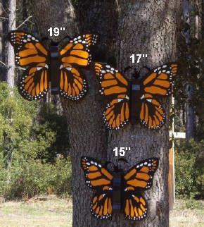Stora utomhusfjärilar    Stor handgjord träfjäril utomhus.