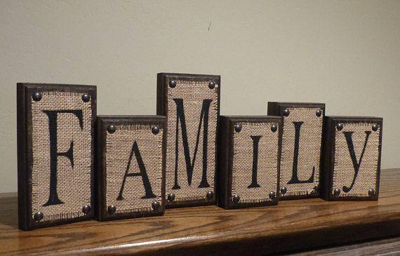 Uppsättning med 6 dekorativa brevblock - FAMILJ säckväv på mörk valnöt.