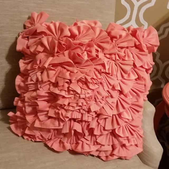 Hitta mer Coral Ruffle Cynthia Rowley Throw Pillow till salu på up.
