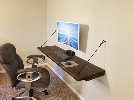 Rustikt flytande skrivbord.  Stor flytande hylla.  |  Et