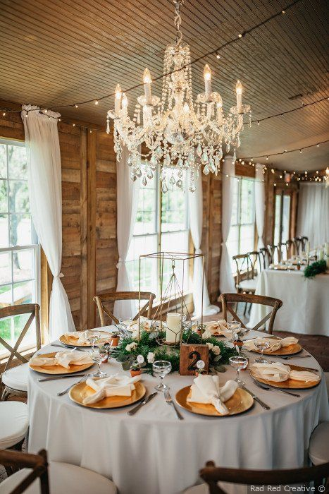 Rustik glambröllopsdekor - Gulddekorationer + grönska.