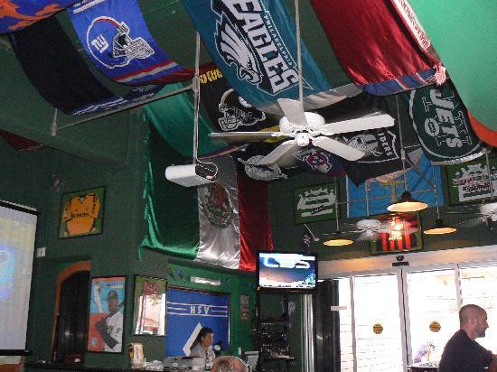 Awesome Sports Bar Decor - Bild från Legends Sports Bar, Playa.