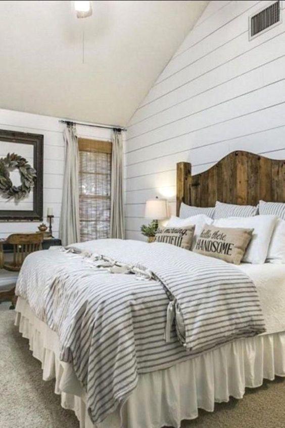 Vit linne säng kjol, samlade ruffle |  Rustik bondgård sovrum.