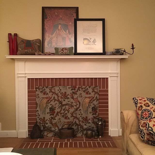 Dekorativa eldstadsöverdrag ser bra ut - Isolerad dekorativ.