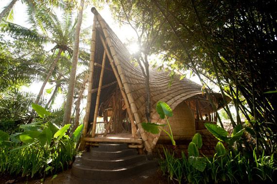 bal3 Miljövänliga hus som en del av en grön by på Bali Designad av Ibuku Studio