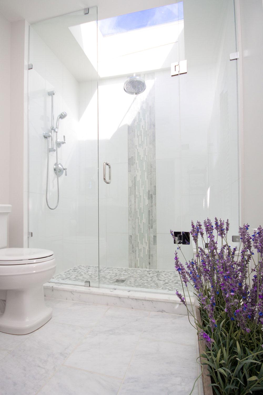 Badrum-med-takfönster-som-gör-dig-ompröva-hur-du-återskapar-12-badrum-med-takfönster som gör att du omprövar hur du designar dem