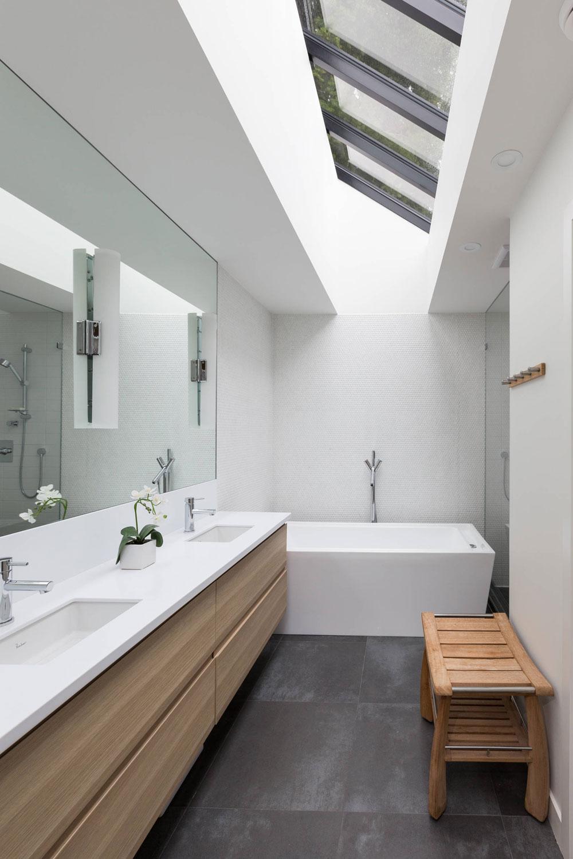 Badrum med takfönster som får dig att ompröva din design 9 badrum med takfönster som får dig att ompröva din design