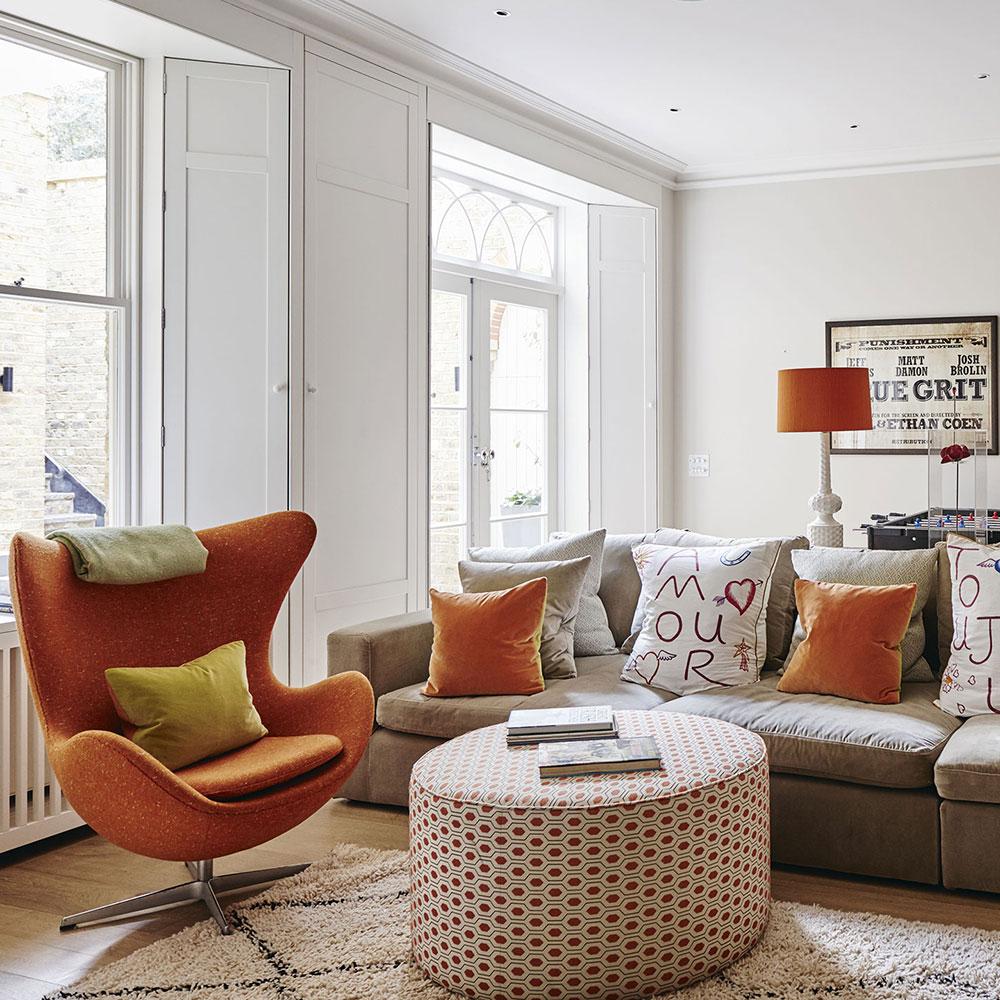 Vitt vardagsrum med orange accenter Hur man belyser inredningen i ditt hem