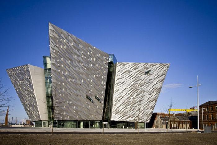 69682804376 Arkitekturfönster: Byggnader med skarpa vinklar