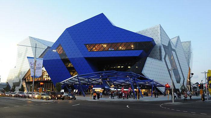 69682775061 Arkitektur: byggnader med skarpa vinklar