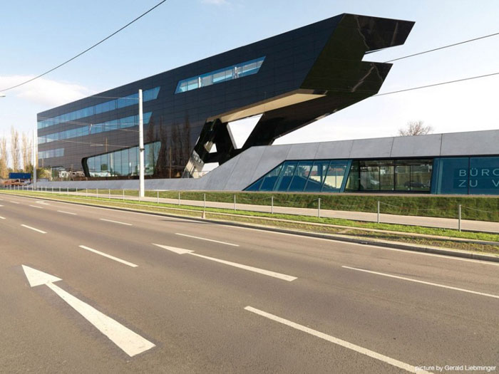 69682719811 Arkitektur: byggnader med skarpa vinklar