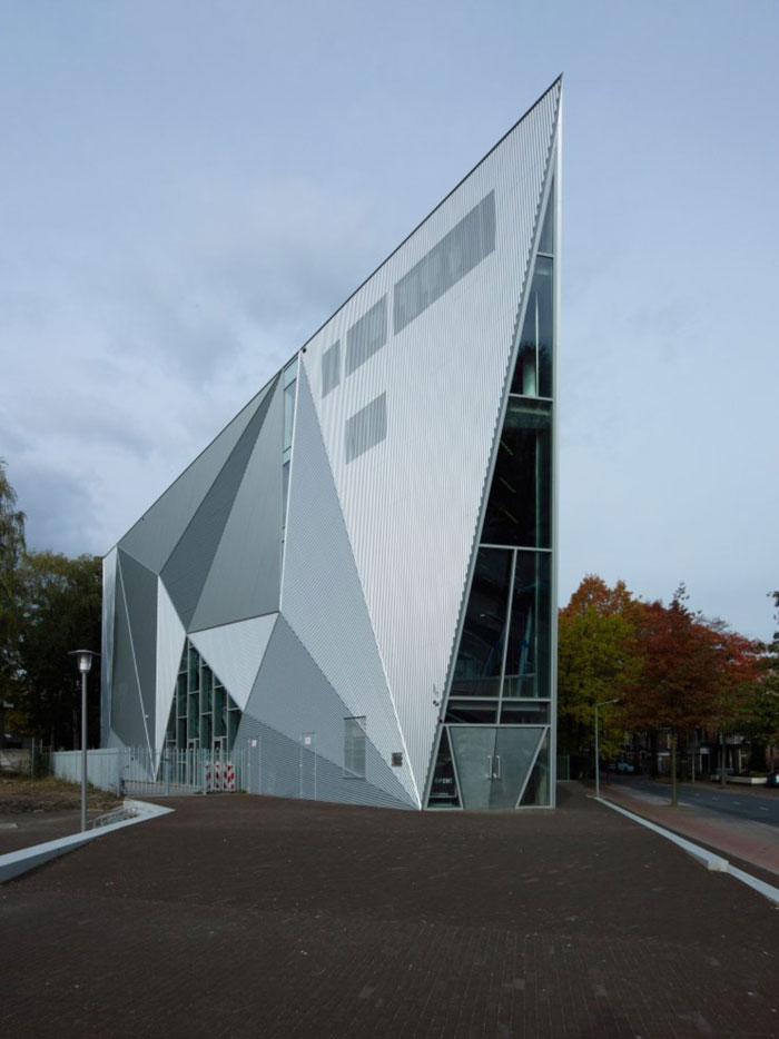 69682782714 Arkitektur: byggnader med skarpa vinklar