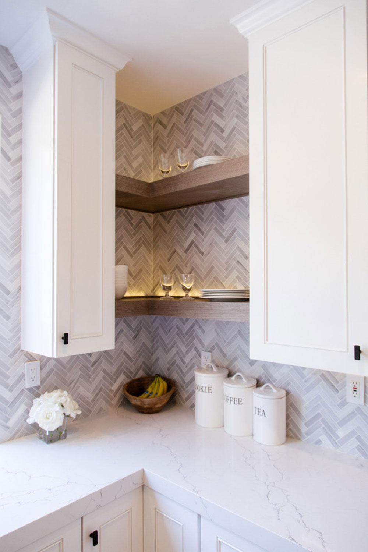 Tustin-Kitchen-by-Vision-Interiors Använd hörnhyllor för att få ut det mesta av ditt kök