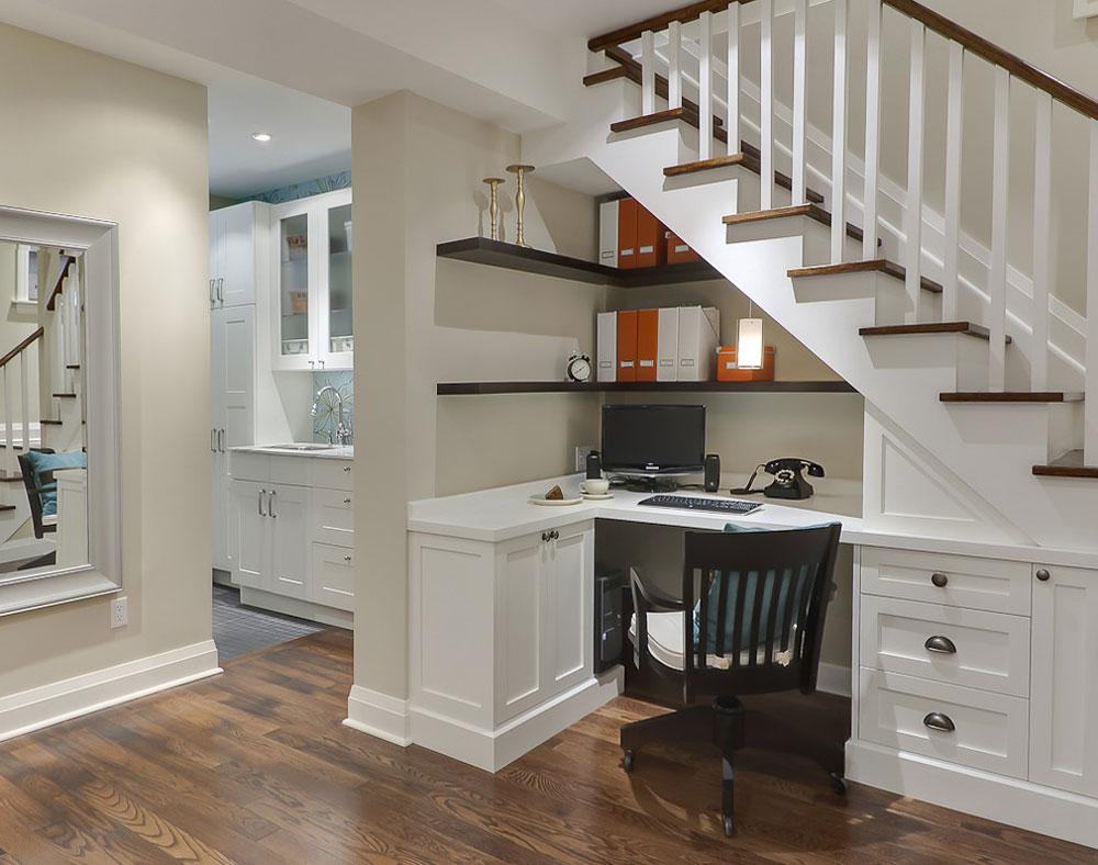 Källare-skrivbord-under-trappan-av-Leslie-Goodwin-fotografi Använd hörnhyllor för att få ut det mesta av ditt kök